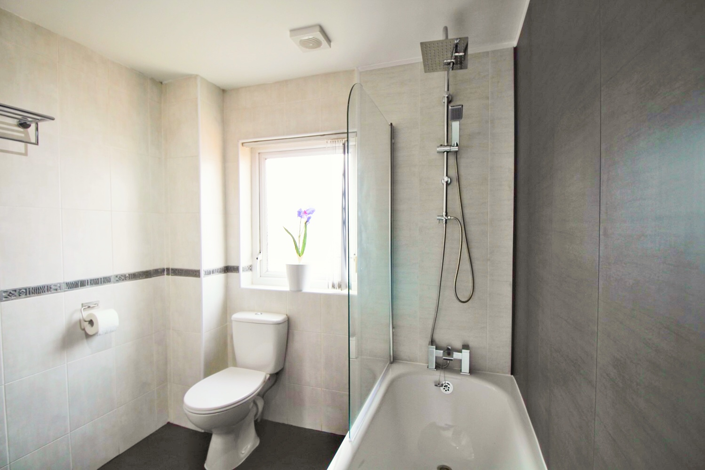 Anjore House Belfast serviced apartment modern bathroom